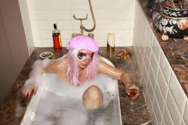 Pinky Spring bebe en la bañera