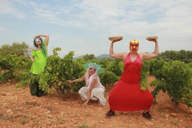 Pinky y sus amigas paseando ente viñedos