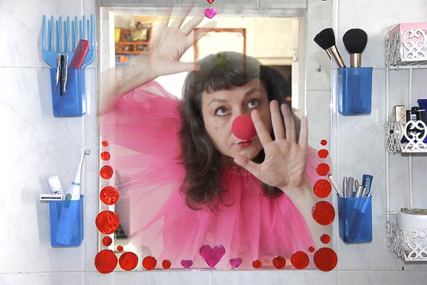 Payasa atrapada en un espejo