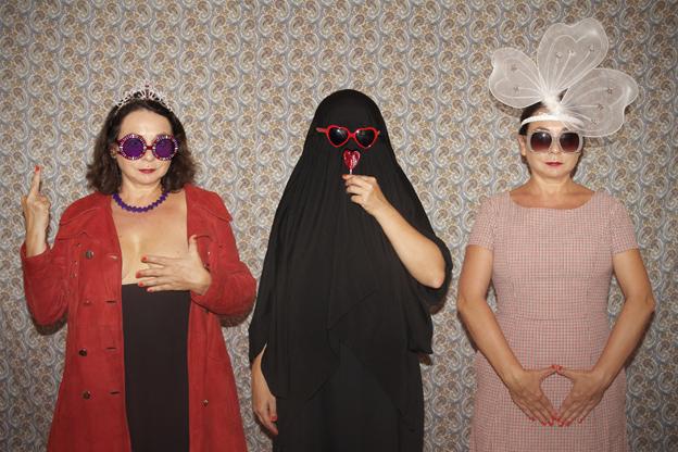 Señoras con gafas grandes_©Tola Castillo